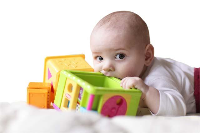Porquê o bebê coloca tudo na boca?