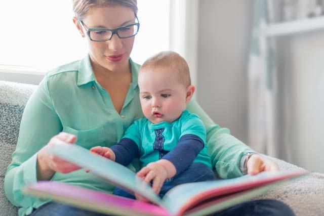 Mãe contando história ao bebê