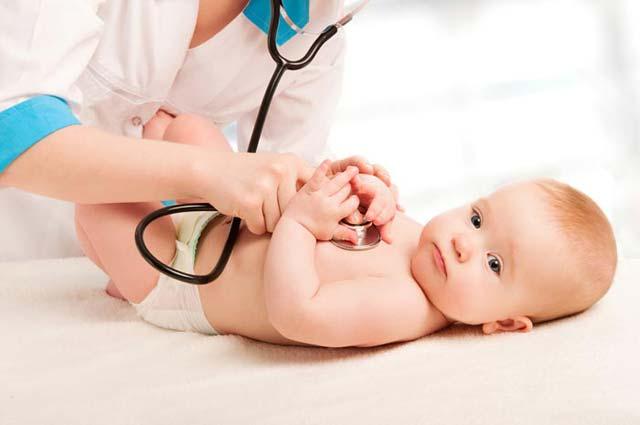 Bebê sendo examinado por pediatra